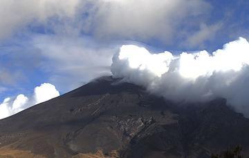En las últimas 24 horas, mediante los sistemas de monitoreo del volcán Popocatépetl se identificaron 42 exhalaciones y 172 minutos de tremor.