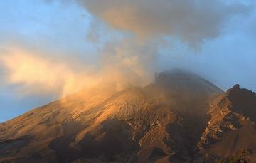El sistema de monitoreo registró 114 exhalaciones, 116 min. de tremor y dos sismos volcanotectónicos ocurridos ayer a las 12:49 h y 17:17 h con magnitud calculada de 1.5 y 2.0, respectivamente.
