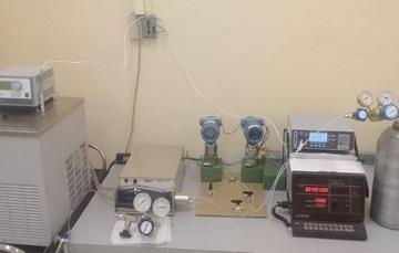 Un densímetro de tipo oscilatorio, será la referencia para la calibración de densímetros para gases