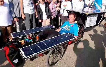 David Ligouy viaja desde noviembre de 2019 por algunas partes del mundo en su bicicleta solar, promoviendo los ODS.