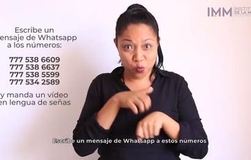 Mujer que da información en lengua de señas mexicanas