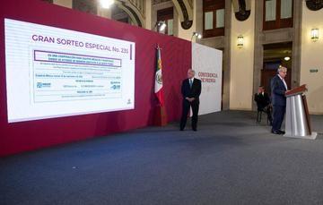 Fotografía de Andrés Manuel López Obrador y Ernesto Prieto Ortega en la conferencia matutina