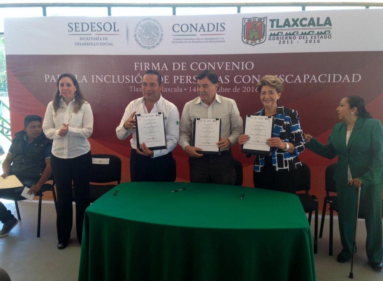 La Dra. Mercedes Juan, Directora General del CONADIS  y  el Lic. Mariano González Zarur, Gobernador del Estado de Tlaxcala, firman convenio de coordinación.