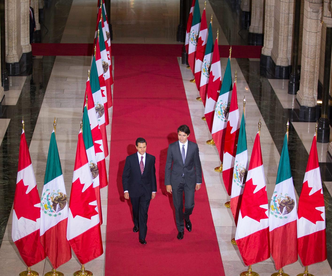 Los mandatarios de México y Canadá caminan juntos, previo a la conferencia de prensa.