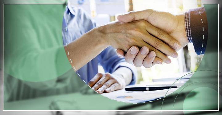 Manos de hombre y mujer dándose la mano