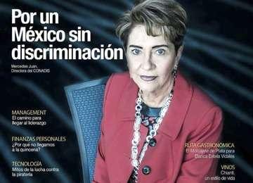 Portada de la Revista Fortuna, es la Dra. Mercedes Juan, Directora General del CONADIS, sentada en una silla.