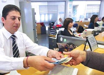 Trabajador entregando documentos.