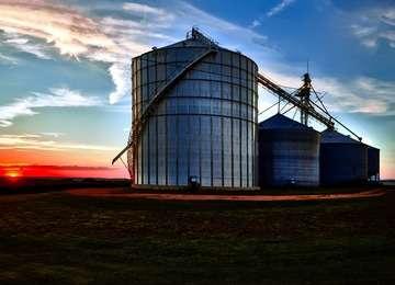 Paisaje con silos de almacenamiento