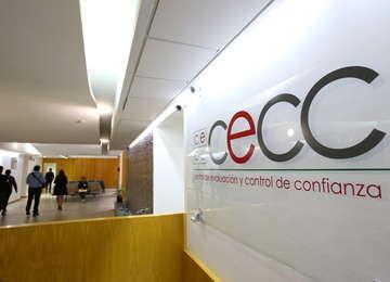 Letrero del CECC en el pasillo y al fondo personas caminando