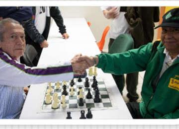 Adultos mayores de Yucatán jugando ajedrez.