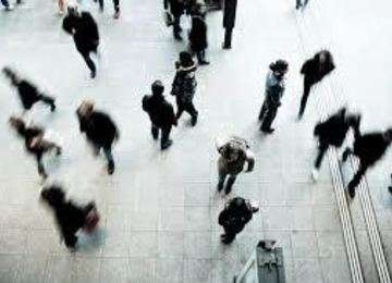 Personas en una estación de transporte.