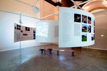 Fotografía de la exposición  Acuña: intervención y resiliencia ante el tornado, en el Laboratorio de Arte Alameda