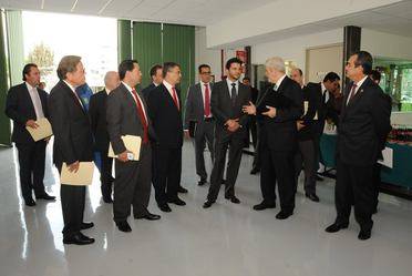 Rafael Pacchiano y un equipo de trabajo visitaron los laboratorios con que cuenta el IMP y presenciaron algunas demostraciones