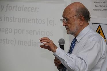 """Dr. José Sarukhán Kermez Coordinador Nacional de la CONABIO en la presentación del libro """"Capital Natural de México""""."""