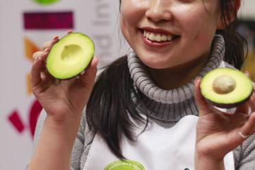 Chinos aprenden cómo preparar platillos con aguacate mexicano