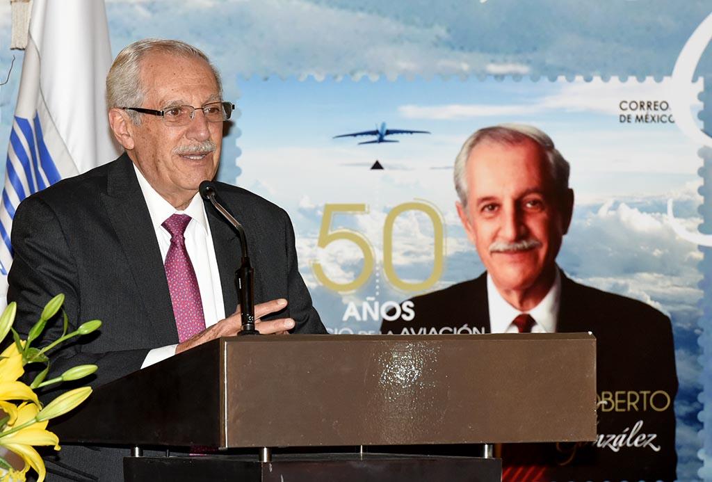 Reconocen a Roberto Kobeh González por trayectoria de 50 años al servicio de la aviación.