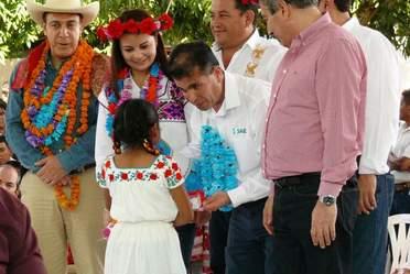 Autoridades federales y estatales entregan cobertores y juguetes a niñas y niños indígenas en Hidalgo