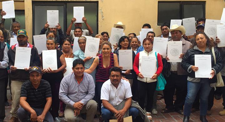 Entrega de documentos agrarios en la Delegación del Registro Agrario Nacional, en el estado de Puebla.