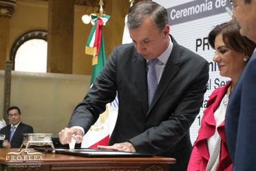 En acto efectuado en el Patio de Carteros del Palacio Postal, el titular de la PROFEPA, Guillermo Haro Bélchez, donde dio cancelación a la estampilla postal