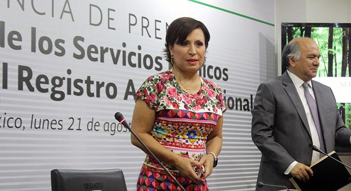 La Titular de la SEDATU, Rosario Robles Berlanga,  y el Director en Jefe del Registro Agrario Nacional, Froylán Hernández Lara, al término de la Conferencia de Prensa.