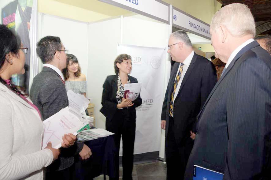 El Dr. Germán Fajardo Dolci, Director General de la Facultad de Medicina de la UNAM y ex titular de la CONAMED, visita nuestro stand.