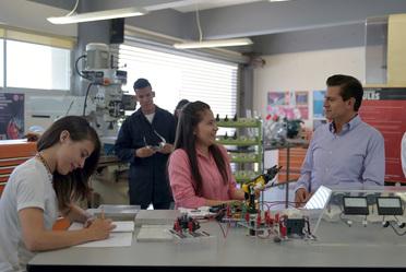 • Ahora,800 mil jóvenes estudian en los 400 institutos y universidades tecnológicas y politécnicas que tenemos en el país; 21 de ellas son bilingües