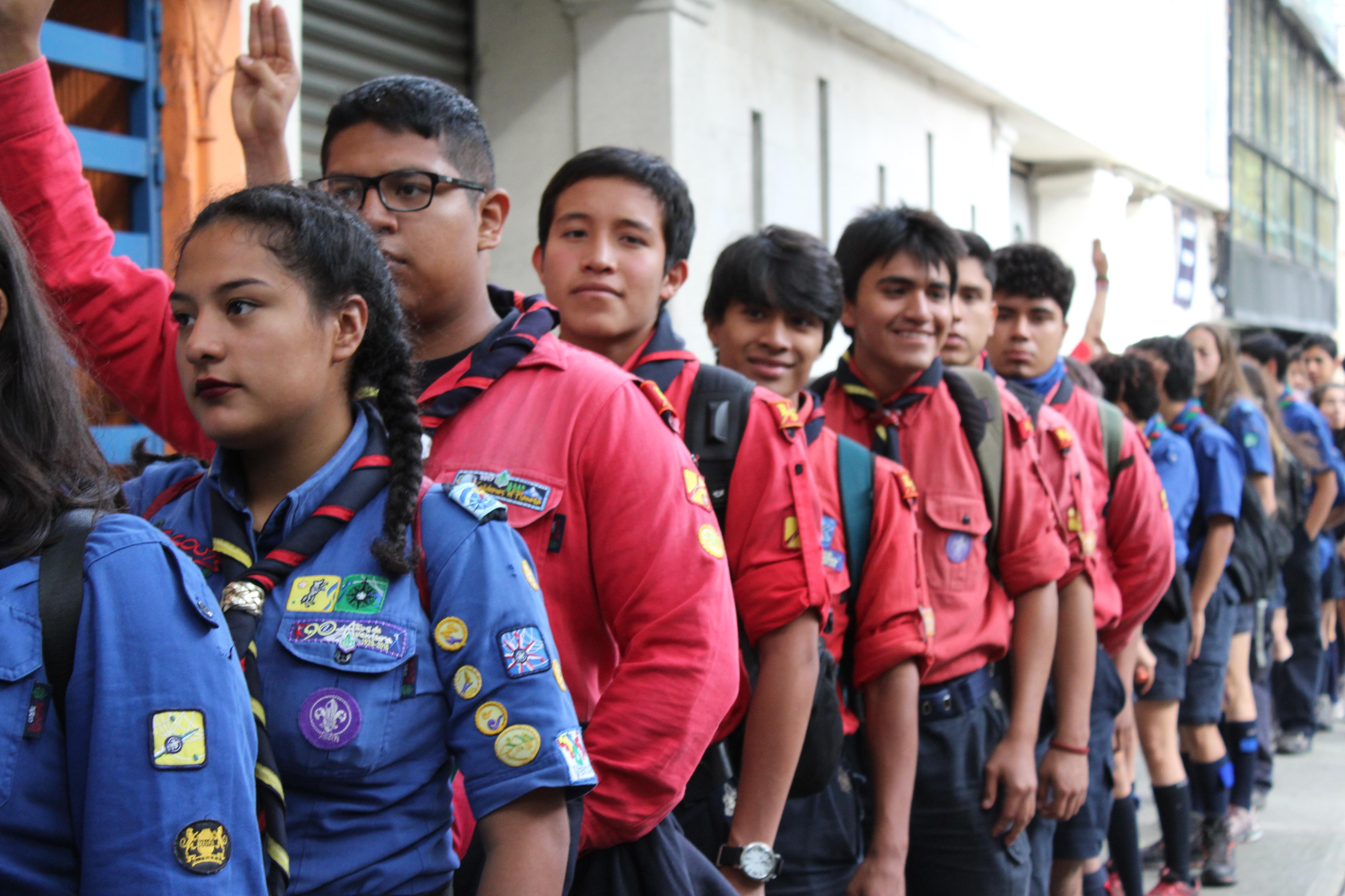 Las brigadas de jóvenes del Imjuve y de los Scouts, encabezados por sus respectivas autoridades, recorrieron algunas de las zonas afectadas en las colonias Roma y Condesa