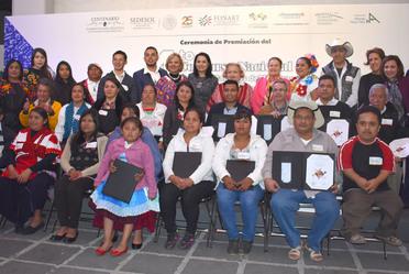Foto grupal de los artesanos galardonados y las autoridades que asistieron  al Cuarto Concurso Nacional Grandes Maestros del Patrimonio Artesanal de México
