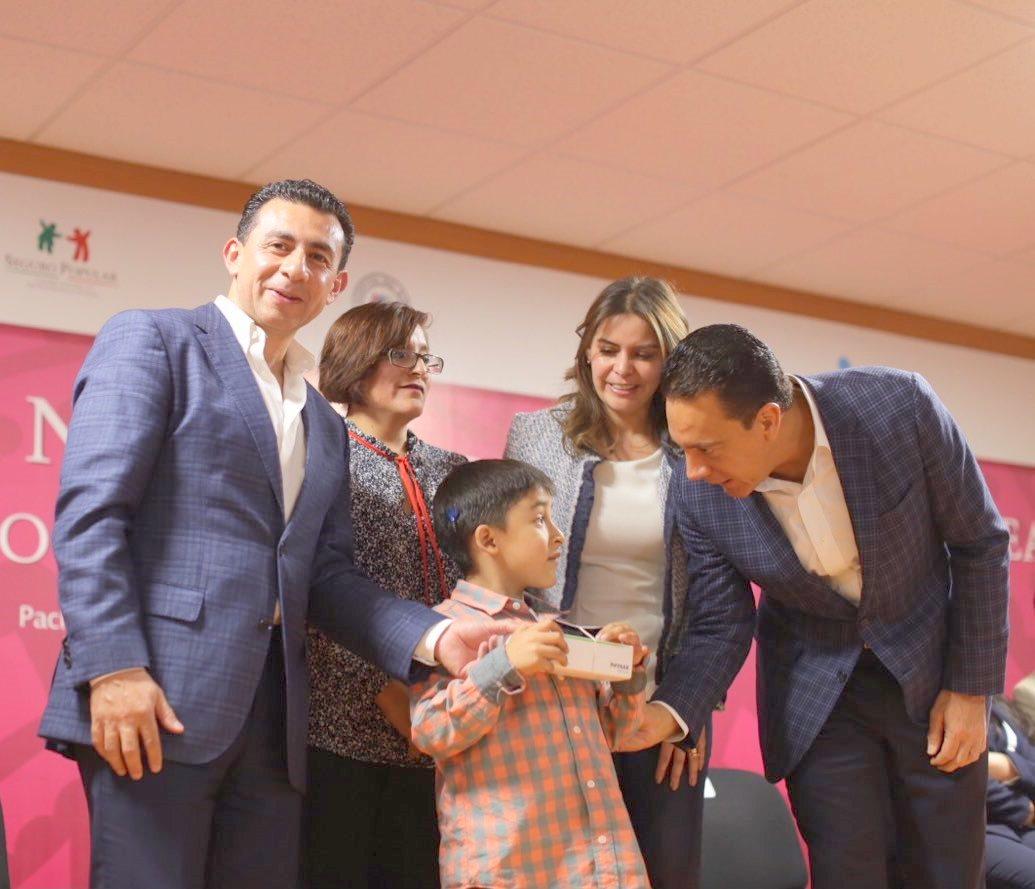 Antonio Chemor Ruiz, comisionado nacional del Seguro Popular, entregó a Camilo Martínez Rojas, beneficiado de la Campaña Nacional de Implante Coclear, un dispositivo amplificador que mejorará la fidelidad de su audición y el entendimiento de los sonidos.