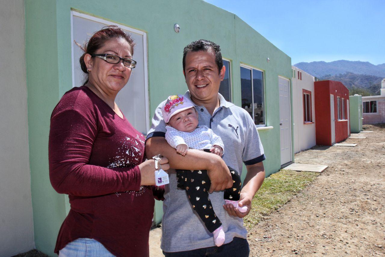 Familia beneficiada en la entrega de viviendas en Tecalitlán, Jalisco.