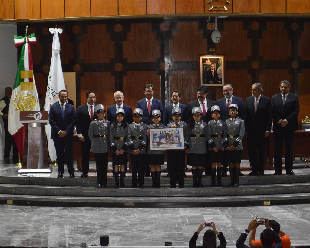 Foto oficial con autoridades de la STPS, Lotería Nacional, niñas y niños gritones.