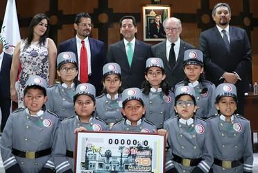 El Premio Mayor de 10 millones de pesos correspondió al billete de No. 07045; el segundo premio por un monto de 800 mil pesos correspondió al billete No. 14989