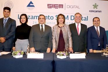 Subsecretaria María del Rocío Ruiz Chávez acompañada de los representantes de las diversas cámaras empresariales