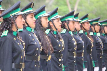 Grupo de alumnas del Centro de Educación y Capacitación Forestal de Oaxaca formadas en fila.