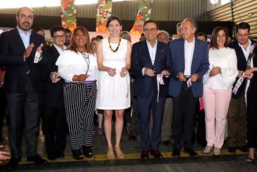 Participantes de la 2a Feria PRONAFIM en el corte de listón
