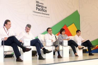 Secretario Ildefonso Guajardo y participantes del encuentro
