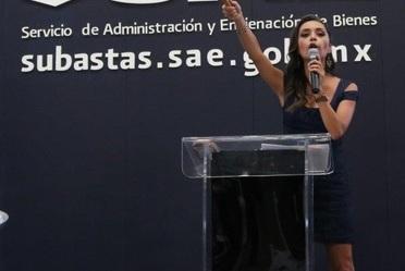 Imagen de la martillera que conduce la Séptima Subasta de Bienes Muebles del Servicio de Administración y Enajenación de Bienes celebrada en Toluca.