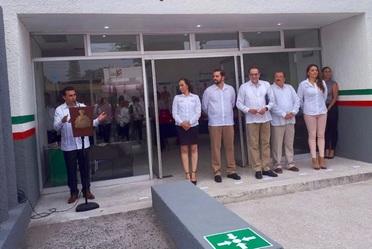 El Comisionado Nacional del Seguro Popular, Antonio Chemor Ruiz y el Gobernador de Colima Jorge Ignacio Peralta, durante la entrega de la remodelación de las instalaciones del Centro de Desarrollo Infantil PROSPERA.