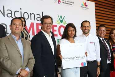 Entrega de Cheque de apoyo a Maria Guadalupe Salinas, en la foto Secretario Roberto Campa y el titular del IMJUVE de Michoacán