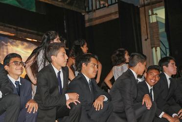 Entre sonrisas los jóvenes seguían muy de cerca los pasos de sus compañeras