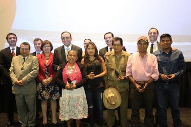 """Participantes en el cortometraje """"El sueño de Ángela"""" en compañía del director general, Enrique Torres y directores de área del Consejo."""