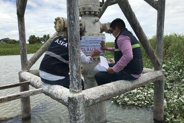 Personal de la ASEA impone las primeras medidas de seguridad en Pantanos de Centla.