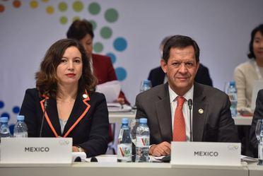 Fotografía de Daniela Rocha González, representante de la SEP y el Srio. Roberto Campa