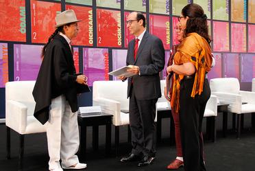 Imagen del Subsecretario de Educación Básica con funcionarios de la SEP y estudiante indígena