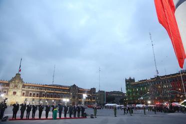 Izamiento de la Bandera Nacional, en Memoria de las Personas que perdieron la vida en el Sismo de 1985.