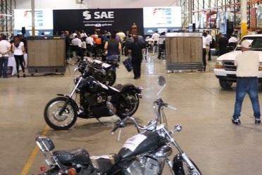 Motocicletas y otros vehículos fueron expuestos durante el desarrollo de la Novena Subasta de Bienes del SAE, en su bodega en Ciudad Juárez, Chihuahua.