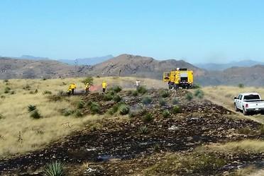 Unimog y comabatientes en control de zona prescrita en ejido La Calavera, en Agua Prieta, Sonora.