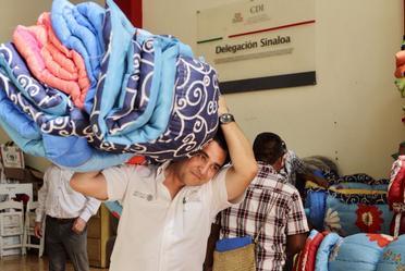 Distribuyen ayuda a comunidades de Sinaloa afectadas por las lluvias.