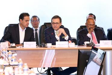 El secretario de economía dando mensaje en oficina de grupo parlamentario en cámara de diputados