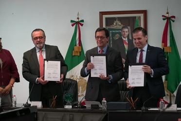 El Srio. Roberto Campa, el  Presidente del Consejo Nacional Index, Luis Aguirre y el Subsecretario Maldonado sosteniendo el convenio de concertación
